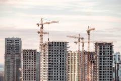 Byggande kran och byggnader under konstruktion Arkivfoto