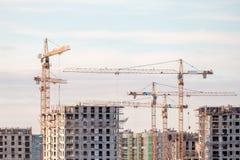 Byggande kran och byggnader under konstruktion Arkivfoton