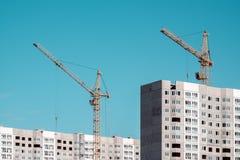Byggande kran och byggnader under konstruktion Royaltyfria Foton