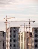 Byggande kran och byggnader under konstruktion Royaltyfri Foto