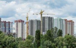 Byggande kran och byggnader under konstruktion Royaltyfria Bilder
