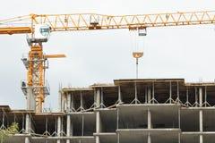 Byggande kran och byggande under konstruktion Royaltyfria Bilder