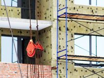 Byggande kran och byggande under konstruktion Arkivbilder