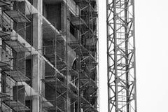 Byggande kran och byggande under konstruktion Royaltyfri Fotografi