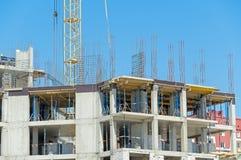 Byggande kran och byggande under konstruktion Royaltyfri Bild
