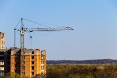 Byggande kran och byggande under konstruktion Arkivfoto