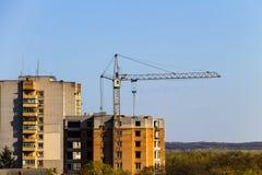 Byggande kran och byggande under konstruktion Arkivbild