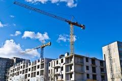 Byggande kran på bakgrunden av blå himmel arkivfoton