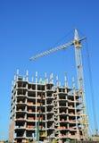 Byggande kranar på konstruktionsplats med byggmästare Byggande hög löneförhöjning Krankonstruktion Tornkran och byggare Royaltyfria Bilder