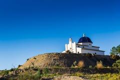 Byggande kyrka i bergen royaltyfri foto