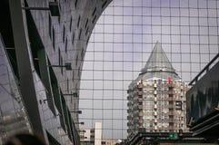 Byggande med reflexion i fönster av byggnad royaltyfri fotografi