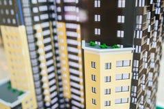 Byggande modell med många lägenheter Envåning byggnad med fönster och en brun balkong arkivbild