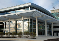 byggande modern kontorsskyltfönster