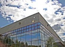byggande moderna reflekterande fönster Arkivfoto