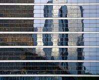 byggande moderna reflexionsfönster Arkivbilder