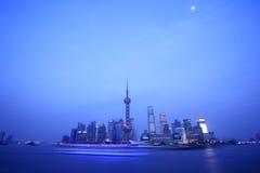 byggande moderna shanghai Arkivfoto