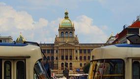 Byggande Narodni museum på Wenceslas Square i Prague arkivfoto