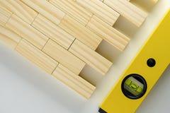 Byggande nivå eller waterpas och naturlig träkvarterbakgrund royaltyfri fotografi