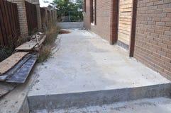 Byggande ny konkret trottoar för bana Fundament för förberedande bana Arkivbild