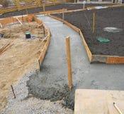 Byggande ny konkret trottoar i trädgården arkivfoto