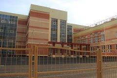 byggande ny skola Modern skola för ett stort antal studenter Royaltyfri Bild