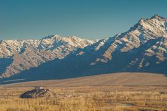 Byggande och snö täckte bergskedja, Leh Ladakh, Indien royaltyfri foto