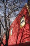 byggande röd tree arkivfoton