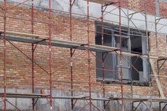 Byggande som täckas med materialet till byggnadsställning Royaltyfri Bild