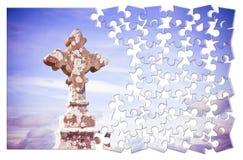 Byggande tålmodigt av tro - keltiskt snidit stenkors mot en himmelbakgrund - begreppsbild i pusselform vektor illustrationer