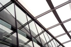 Byggande taklägga stöttor och exponeringsglas Royaltyfri Fotografi
