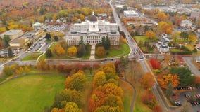 Byggande tillståndshus Augusta Maine Autumn Season Aerial för Kapitolium arkivfilmer