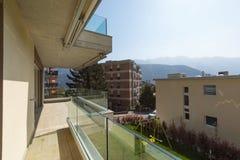 byggande yttermodernt Sikt från terrassen royaltyfri bild