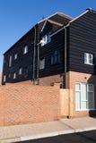 Byggda moderna lägenheter genom att använda traditionella material Fotografering för Bildbyråer