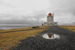 1927 byggde den höga iceland för dyrholaeyen fyren nära den mest southernmost standingen för punktudden arkivfoton
