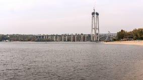 Byggde en bro över en bred flod Royaltyfri Foto