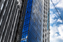 Byggmästare av den mest högväxta byggnaden i Kiev på hög-höjd arbetar Fotografering för Bildbyråer
