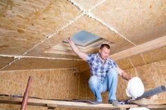Byggmästare Balancing på materialet till byggnadsställning i nytt hem arkivbild