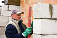 Byggmästare eller murare på arbete Fotografering för Bildbyråer