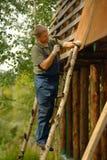 Byggmästare eller snickarearbete och bygganden ett tak fotografering för bildbyråer