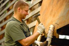 Byggmästare eller snickarearbete och bygganden ett tak royaltyfri fotografi