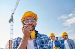Byggmästare i hardhat med walkietalkien royaltyfria bilder