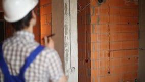 Byggmästare i oavslutat rum stock video