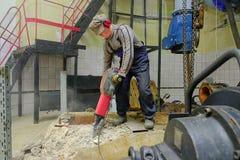 Byggmästare med en bulta Royaltyfri Foto