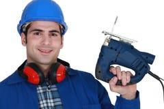 Byggmästare med en jigsaw Arkivbilder