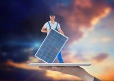 byggmästare med solpanelen på minnestavlan på handen 1 bakgrund clouds den molniga skyen Arkivfoto