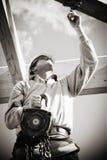 Byggmästare med vinschen Royaltyfri Foto