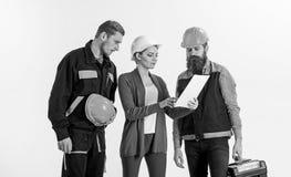 Byggmästare och teknikern arbetar tillsammans Grungebakgrund för dina publikationer royaltyfri foto