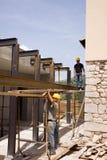 Byggmästare på arbete Arkivbild
