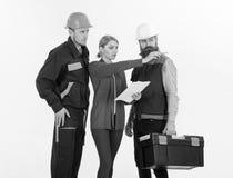 Byggmästare på konstruktionsplatsen Grungebakgrund för dina publikationer Män i hårda hattar och likformig royaltyfri fotografi
