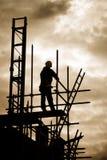 Byggmästare på scaffoldbyggnadslokal Arkivbild